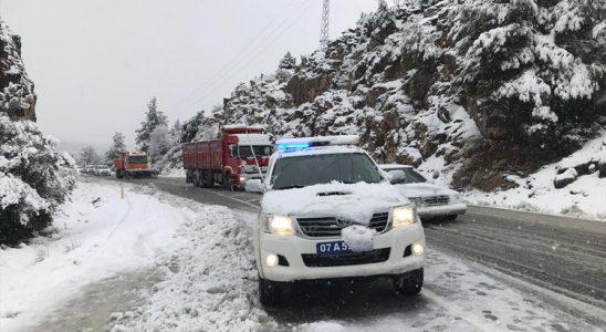 Antalya hava vaziyeti kar yağışı Konya yolunu kapatıyor