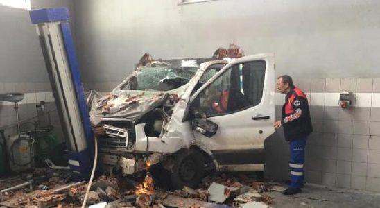 Elazığ'da kamyonet, dükkanının duvarına çarpıp içeri girdi