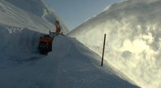 Kar kalınlığının 6 metreye eriştiği yolu açma çalışması sürüyor