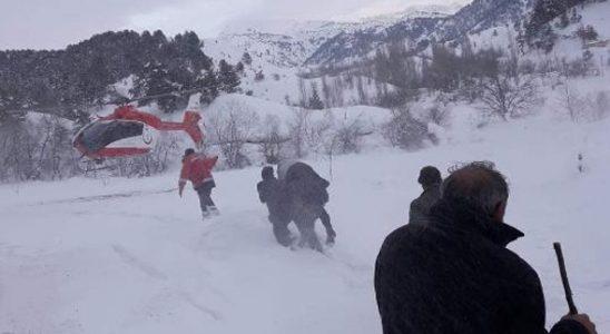 Karda mahsur kalan hasta helikopterle kurtarıldı