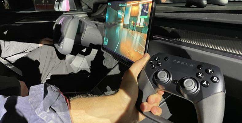 Tesla Model S Plaid'in Multimedya Ekranında Cyberpunk 2077 Oynandı [Video]