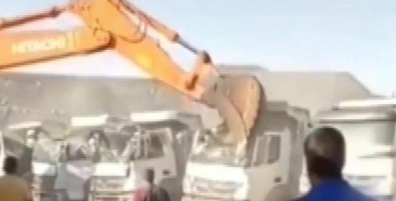 Türkiye'de Sıradan Bir Gün: Parasını Alamayan Vatandaş, İş Makinesiyle Şirket Kamyonlarını Ezdi [Video]